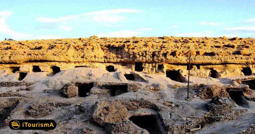 میمند شهربابک روستایی صخرهای و دستکند با چند هزار سال قدمت
